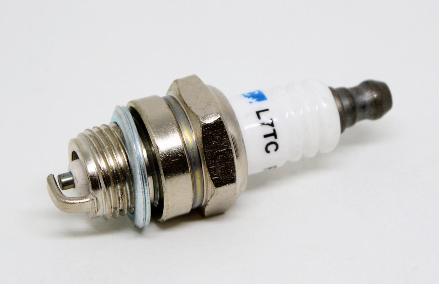 Zapalovací svíčka pro dvoutaktní motory